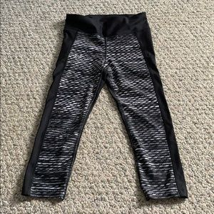Black and white Under Armour capris.